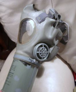 VINTAGE WORLD WAR 2 US NONCOMBAIANT GAS MASK M1A2 1 1