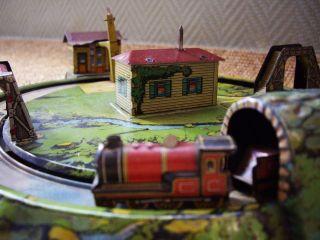 1920s LOVELY WIND UP TIN LTHO BING/GELY WORKING TRAIN PLATFORM