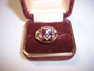 1960S VINTAGE 10K GOLD MASONIC RING WITH RED STONE