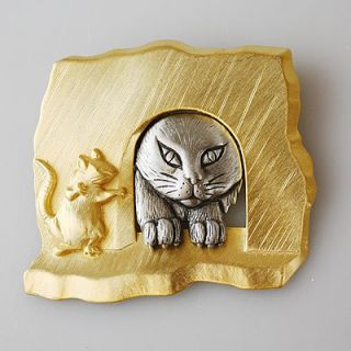 VINTAGE CAT CREEPING AROUND THE CORNER TO FIND A MOUSE EEK BROOCH PIN