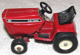 INTERNATIONAL HARVESTER CUB CADET 682 LAWN GARDEN TRACTOR 1 16 SCALE