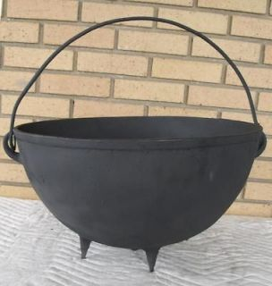 ANTIQUE LARGE CAST IRON FOOTED 12 GAL KETTLE BEAN COWBOY CAMP FIRE
